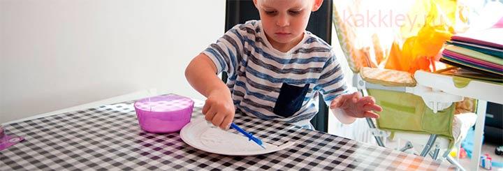 Какие особенности работы детей с клеем