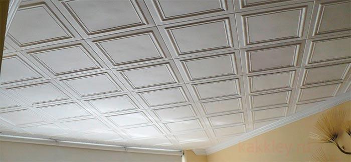 Как хорошо приклеить плитку и плинтуса на потолок