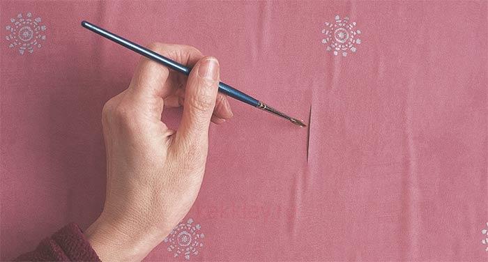 Устранение пузырей после оклейки на неровных стенах