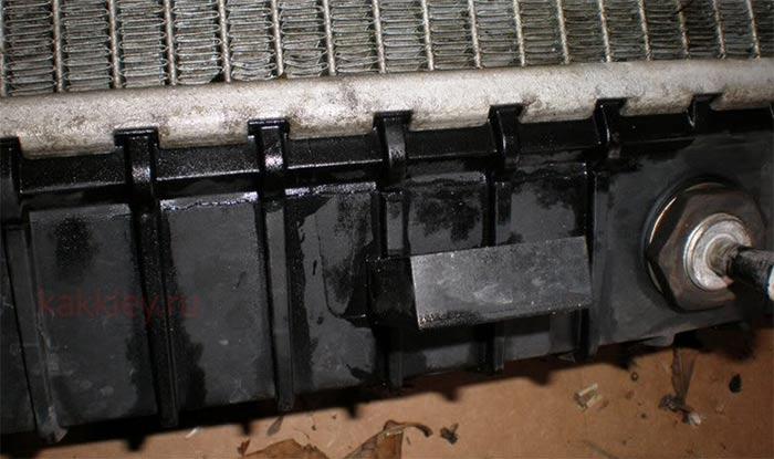 Трещина в пластике радиатора автомобиля